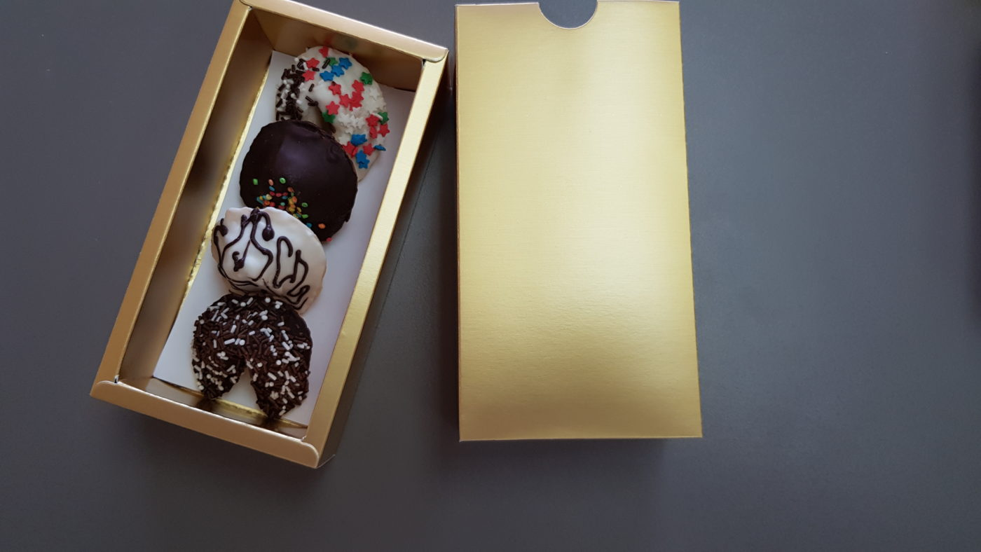 глазированное печенье в золотой коробочке