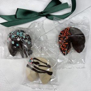 Печенье с предсказаниями в шоколаде с зеленой ленточкой