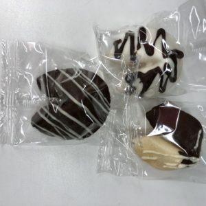 Печенье в черно-белом шоколаде