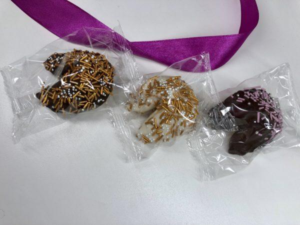 печенье в шоколаде с золотой посыпкой